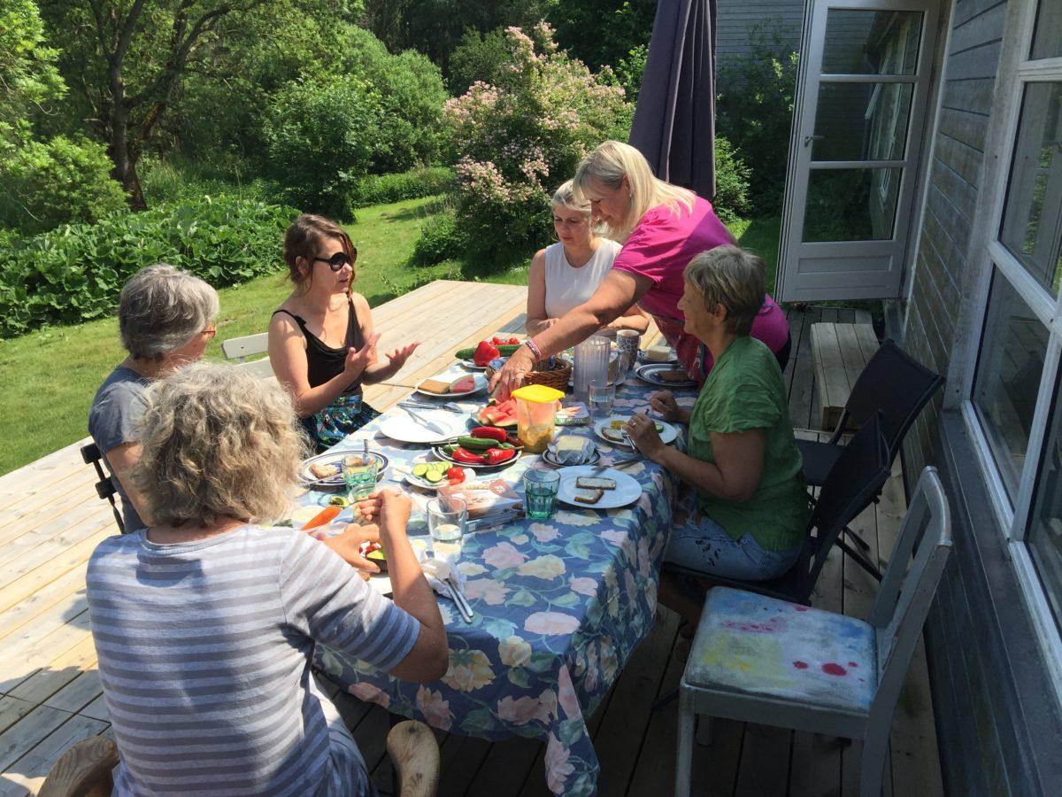 Hvis vejret er godt, kan man spise frokost på terrassen